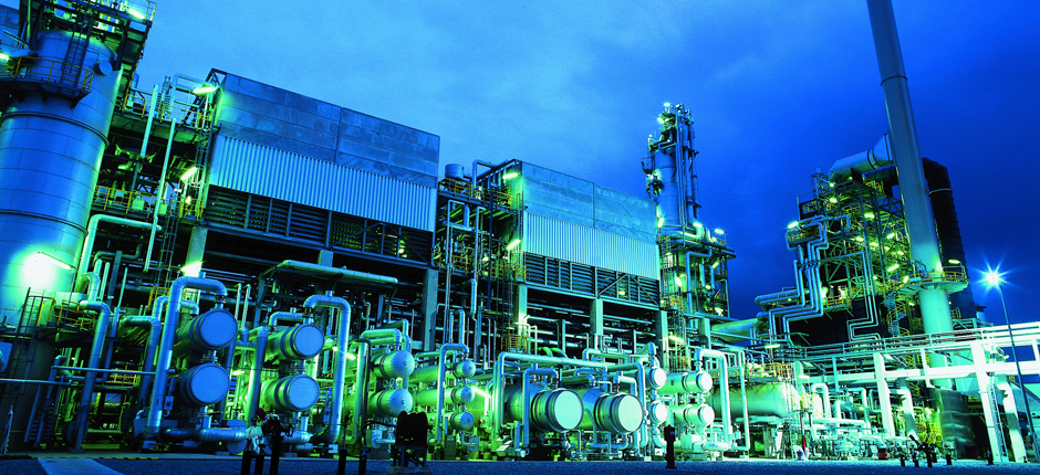 Anlagenbau I Die Vakuumdestillations-Anlage, die Uhde 2004 für die WRG in Wilhelmshaven fertig gestellt hat, gewinnt destillativ aus schwer verwertbaren Rückständen der Rohölverarbeitung hochwertige Vakuumgasöle.